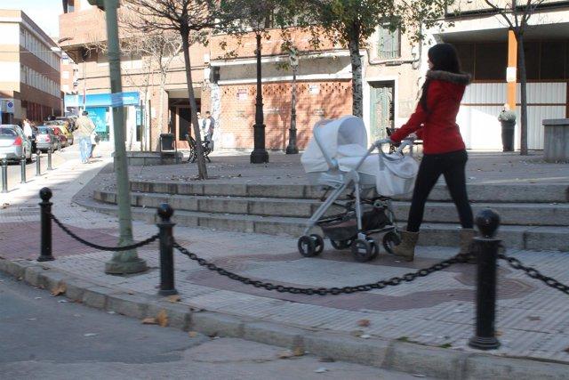 Una mujer pasea un bebé