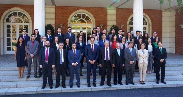 Sánchez con los participantes del programa Jóvenes Líderes Iberoamericanos