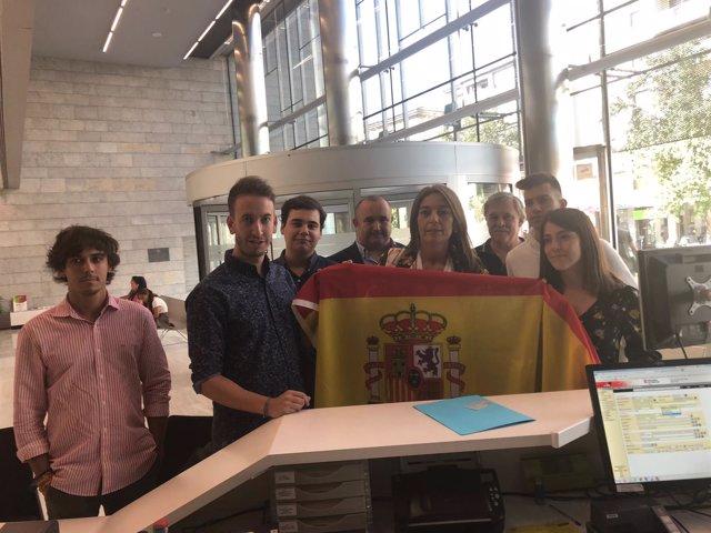 Concepció Veray (PP) registra una bandera española en la Delegación de Girona