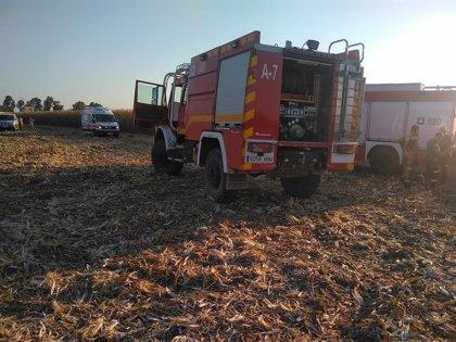 Una cosechadora y un camión cargado de cereal quedan calcinados tras incendiarse cuando cosechaban en Badajoz