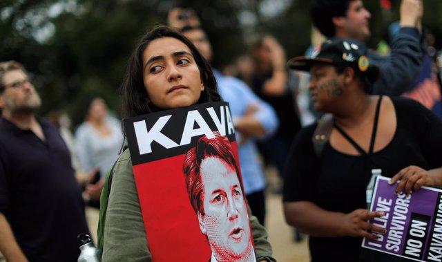 Manifestante sujeta un cartel contra Brett Kavanaugh