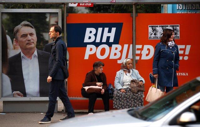 Carteles electorales en Sarajevo antes de las elecciones en Bosnia y Herzegovina