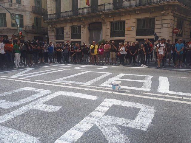 Pintan en la calzada ante la Jefatura Superior de Policía de Barcelona
