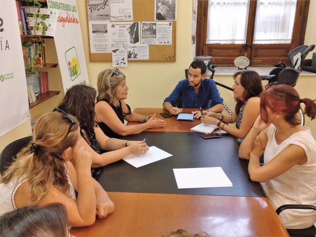 Participa e IU se reunen con profesionales de la dependencia