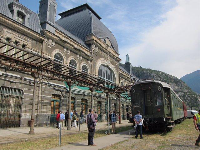 Edificio de la Estación de Canfranc desde los Arañones.