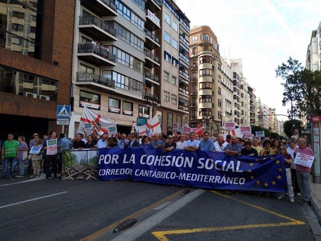 Entidades y partidos valencianos y aragoneses se manifiestan en València