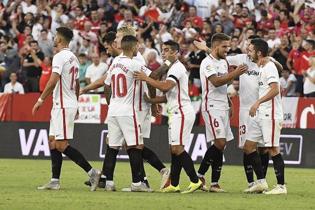 Los futbolistas del Sevilla FC celebran un gol