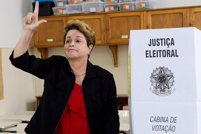 Dilma Rousseff deposita su voto en elecciones de Brasil 2018