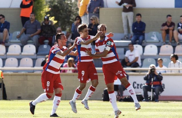 Varios jugadores del Granada celebran un gol en Reus