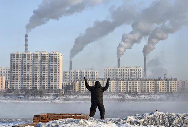 Fábricas y contaminación en el río Songhua, en Jilin, China