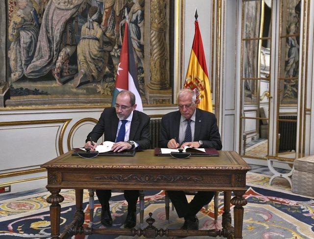 El ministro de Asuntos Exteriores, Unión Europea y Cooperación, Josep Borrell, y
