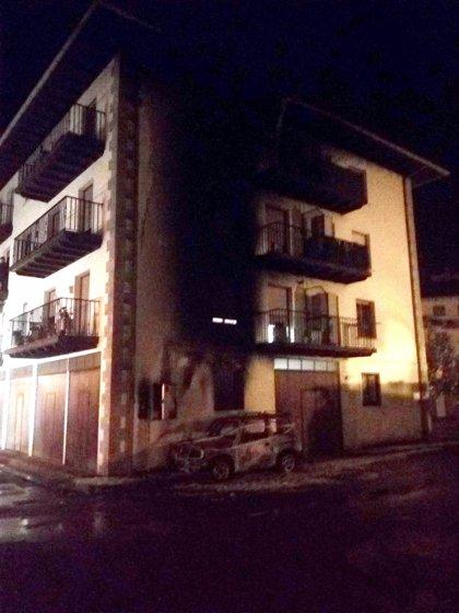 Desalojo de un bloque de viviendas de Elizondo por el incendio de un coche aparcado en las inmediaciones