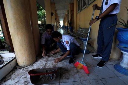 Los niños vuelven a la escuela tras la tragedia en Indonesia para hacer recuento