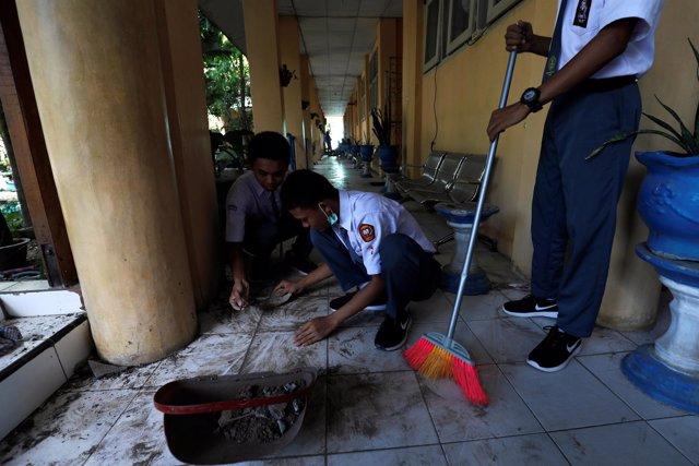 Estudiantes limpian una escuela tras el terremoto en Palu