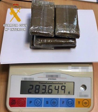 Detenidos dos vecinos de Cáceres cuando transportaban en su vehículo seis tabletas de hachís