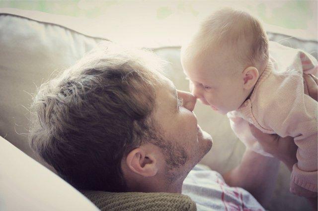 Cómo queda el permiso de paternidad tras los cambios aprobados por el Congreso.