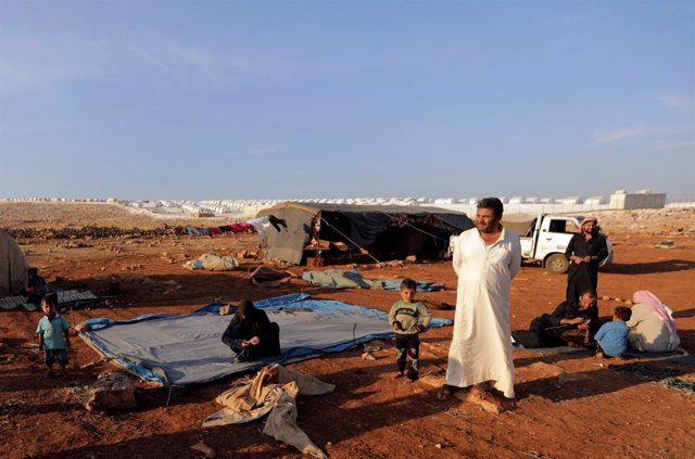 Desplazados llegan a la zona de Atimah, en la provincia siria de Idlib