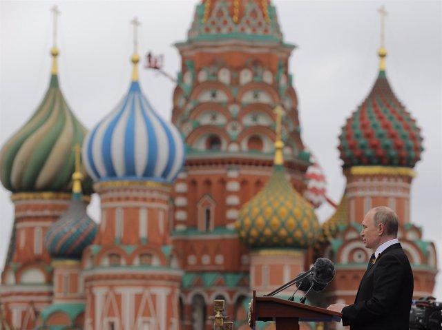 Vladimir Putin con San Basilio al fondo