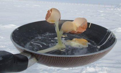 Así es freír huevos y comer en la Antártida: misión imposible