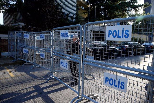 Vallas de la Policía junto al consulado de Arabia Saudí en Estambul