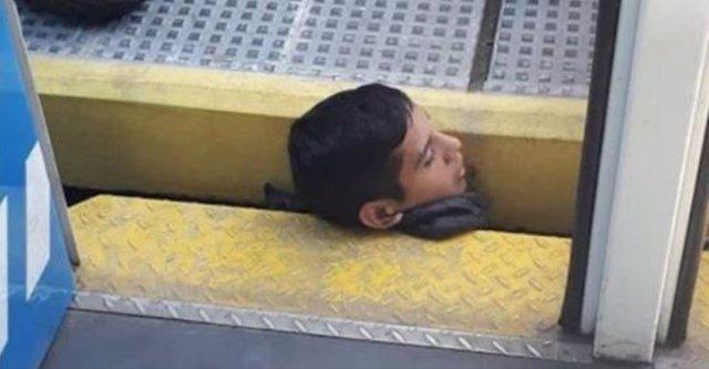 Niño atrapado en las vías