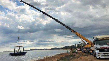 Medio Ambiente retira una embarcación de diez metros semivarada en la playa de Los Urrutias