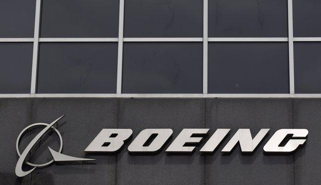 El logo de Boeing en su sede en Chicago