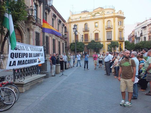 Protesta ante el Arzobispado por la tumba de Queipo de Llano