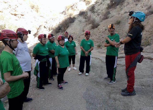 Los usuarios de Verdiblanca antes de iniciar su recorrido por las cuevas.