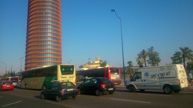 Imagen del tráfico en el entorno de la Torre Sevilla en la Cartuja
