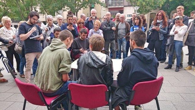Los tres integrantes de los CDR ante la prensa, a las puertas del Ayuntamiento