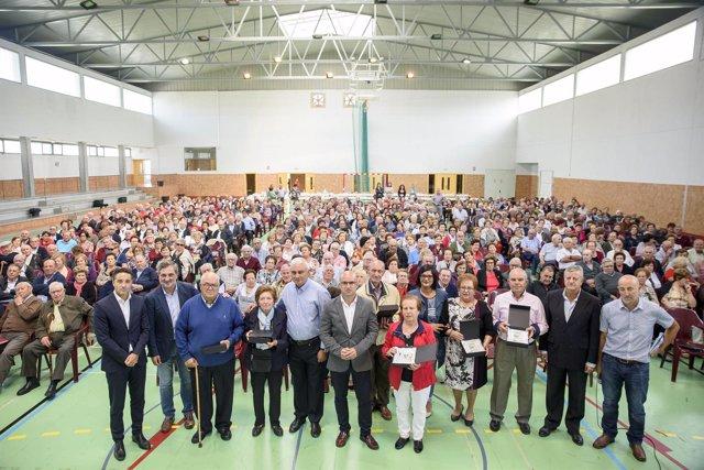 Foto de familia de los homenajeados, instituciones y asistentes a la jornada.
