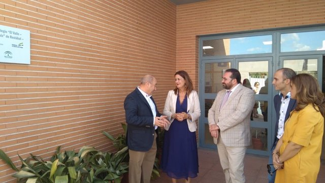 La consejera de Educación, Sonia Gaya, visita el colegio de Restábal