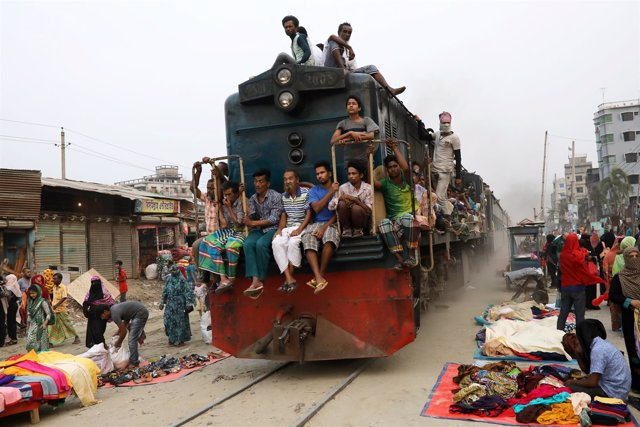 Tren atravesando un mercado de Dacca