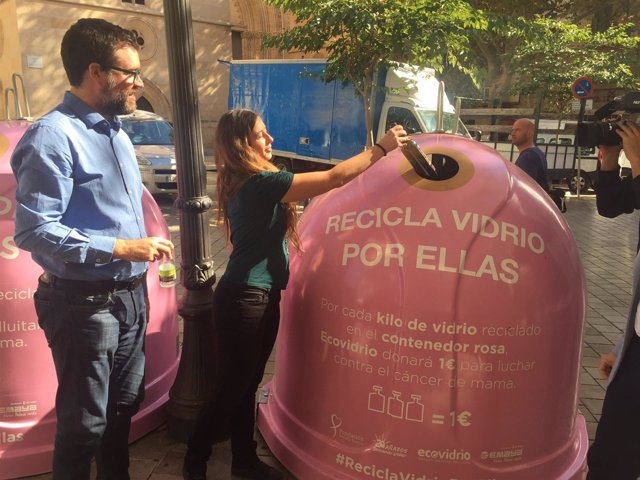 instalan 20 contenedores rosas en palma para fomentar el reciclaje de envases de vidrio y. Black Bedroom Furniture Sets. Home Design Ideas