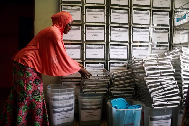 Preparación de las urnas para las elecciones en Camerún