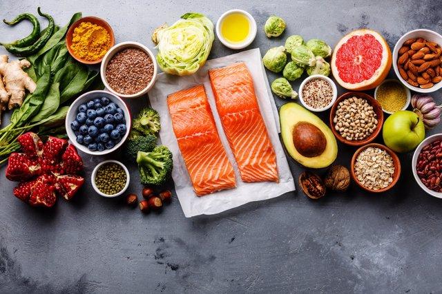 Comida sana, omega 3, omega 6, pescado, frutos secos, fruta, semillas