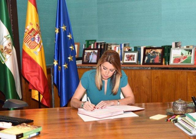 Susana Díaz firma el decreto que convoca elecciones autonómicas el 2 de diciembr