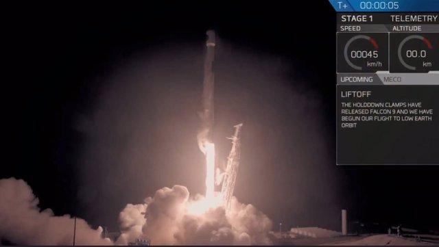 El cohete que lleva el satélite SAOCOM 1A despegando