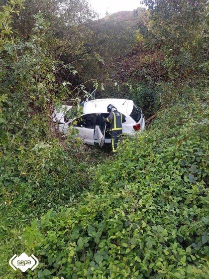 Dos heridos tras caer su coche por un desnivel en Campomanes (Lena)