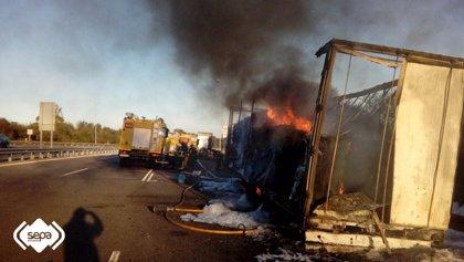 Arde en la A-8 un camión que transportaba bobinas de papel