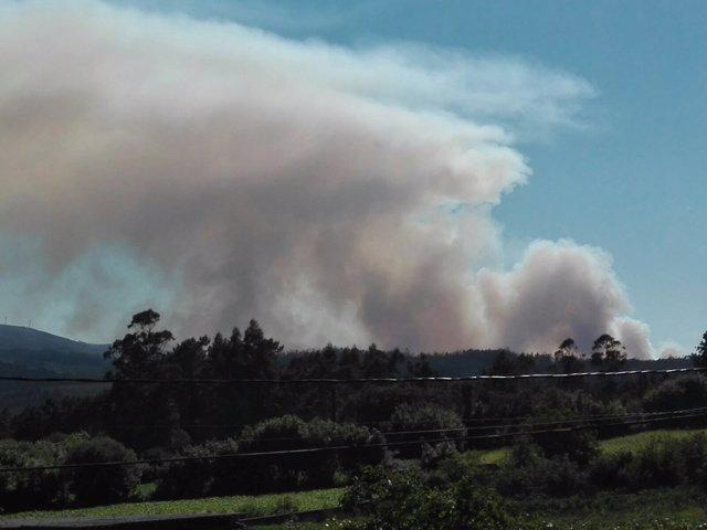 Incendio declarado en la parroquia de Langueirón, en Ponteceso