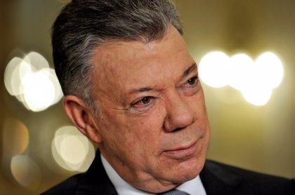 Una mujer insulta y graba al expresidente Juan Manuel Santos