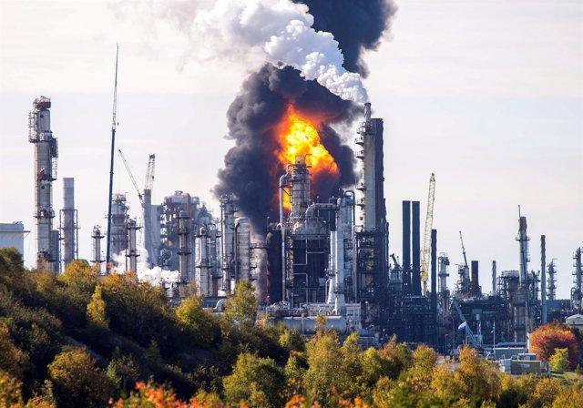 Llamas tras una explosión en una refinería en New Brunswick, Canadá