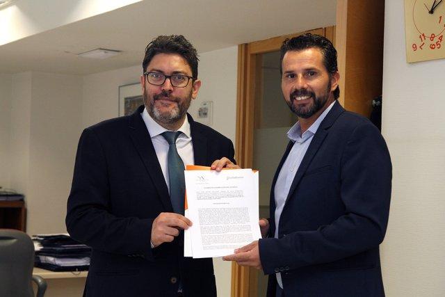 Miguel Sánchez y Mario Gómez de Cs registrando la iniciativa