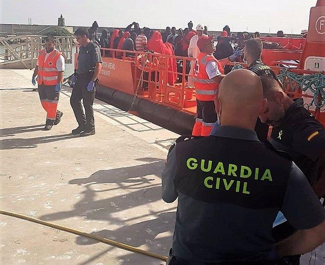 Desembarco de inmigrantes en puerto