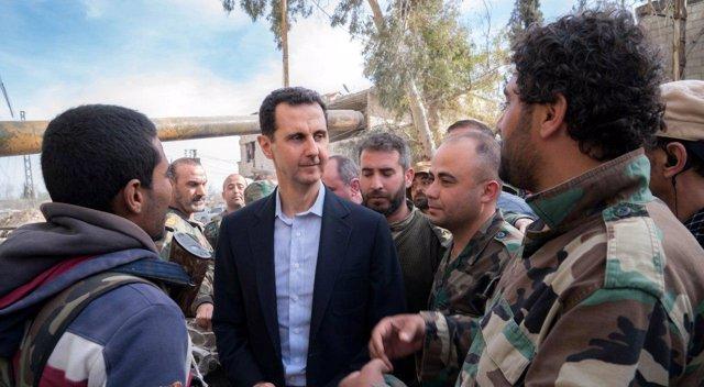 Bashar al Assad junto a militares en Ghuta Oriental