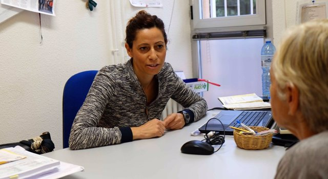 María José García, psicóloga de la Fundación, atendiendo persona