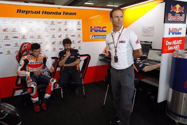 Alberto Puig junto a Marc Márquez y Santi Hernández