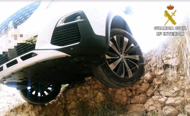 El coche con las ruedas en el aire